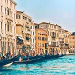Caminhar em Veneza é sempre uma surpresa, visto que você passará por ruelas, pontes estreitas sobre os canais de Veneza super charmosos, construções antigas, igrejas, restaurantes, lojas, etc. (Foto: divulgação)