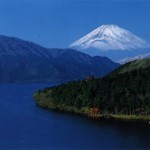 As montanhas com gelo e o mar azul contrastam suas belezas. (Foto: divulgação)