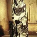 A estátua em pedra e em tamanho natural de Quéfren. Mede 1,65 m e representa o soberano de forma idealizada, com fortes linhas geométricas e proporções dramáticas. (Foto: divulgação)