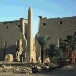 O templo de Luxor, na margem leste do rio Nilo, foi iniciado no ano de 1200 a.C. e foi concluído durante as dinastias seguintes. (Foto: divulgação)