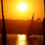 Uma faluca, veleiro tradicional do Egito, navega no pôr-do-sol no Rio Nilo (Foto: divulgação)