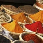 Coloridas e variadas especiarias são uma das marcas registradas dos tradicionais mercados do Egito. (Foto: divulgação)