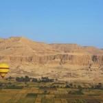 Planície da margem ocidental de Luxor, com o templo de Hatshepsut à esquerda. Atrás dessas montanhas encontram-se o Vale dos Reis (Foto: divulgação)