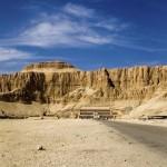 Vista geral de Deir-El-Bahari, onde encontra-se o templo mortuário da faraó Hatshepsut, em Luxor (Foto: divulgação)