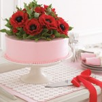 Bolo decorado com rosa e vermelho.