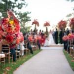 Rosa e vermelho combinam com casamento no campo.