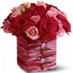 Um bonito centro de mesa para o casamento vermelho e rosa.