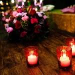 Velas e flores reforçam o clima românico.