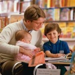 Pai e filhos estudando juntos trocam experiências e enriquecem o conhecimento (Foto: divulgação)