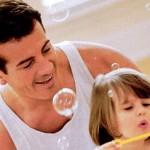 Pais, brinquem com seus filhos para que eles possam ter boas lembranças da sua infância (Foto: divulgação)