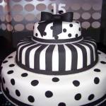 Bolo artístico decorado com listras brancas e bolas pretas (Foto: divulgação)