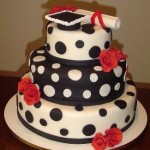 Bolo artístico  preto e branco decorado com flores vermelhas (Foto: divulgação)