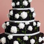 Bolo artístico preto decorado com flores brancas (Foto: divulgação)