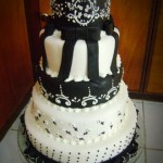 Bolo artístico preto e branco decorado com flores e fitas (Foto: divulgação)