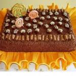 Bolo de chocolate  decorado com pirulitos (Foto: divulgação)