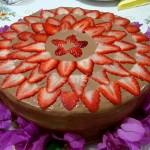 Bolo de chocolate decorado com morangos fatiados (Foto: divulgação)