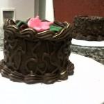 Bolo de chocolate decorado com rosa (Foto: divulgação)