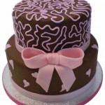 Bolo de chocolate decorado com laço de fita cor de rosa (Foto: divulgação)