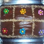Bolo de chocolate decorado com confeti colorido (Foto: divulgação)