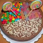 Bolo de chocolate decorado com doces (Foto: divulgação)