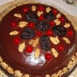 Bolo de chocolate decorado com nozes, ameixa e cerejas (Foto: divulgação)
