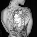 Tatuagem de gueixa em preto, cinza e branco nas costas (Foto: divulgação)