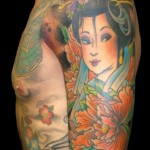 Tatuagem de gueixa colorida no braço que se estende para outras partes do corpo (Foto: divulgação)