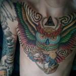 Tatuagem masculina de coruja colorida no peito (Foto: divulgação)