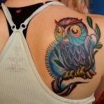 Tatuagem de coruja feminina agarrada em um galho (Foto: divulgação)