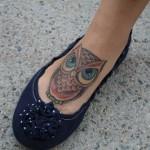 Tatuagem feminina de coruja  no pé (Foto: divulgação)
