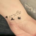 Tatuagem de pássaros com letras no pulso (Foto: divulgação)