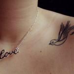 Tatuagem de andorinha no ombro (Foto: divulgação)