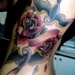 Tatuagem de pássaro nas costelas. (Foto: Divulgação)