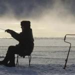 Homem pesca em lago congelado de Moscou, na Rússia. (Foto: divulgação)