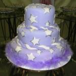 Bolo lilás decorado com estrelas brancas (Foto: divulgação)