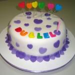 Bolo de aniversario decorado com corações lilás (Foto: divulgação)