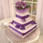 Bolo quadrado em camadas decorado em lilás (Foto: divulgação)