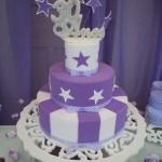 Bolo decorado com listras e estrelas lilás e branco (Foto: divulgação)