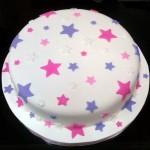 Bolo branco decorado com estrelas lilás e rosa (Foto: divulgação)