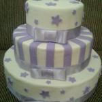 Bolo redondo em camadas menores decorado em lilás (Foto: divulgação)