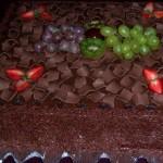 Bolo de chocolate decorado com uvas, morangos e kiwi (Foto: divulgação)