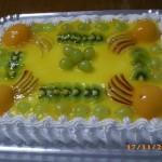Bolo decorado com frutas em calda (Foto: divulgação)