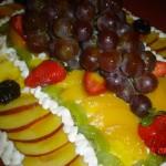 Bolo decorado com frutas de vários sabores e cores (Foto: divulgação)