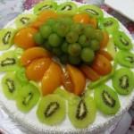 Bolo decorado com kiwi, pêssegos e uvas verdes (Foto: divulgação)
