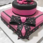 Bolo quadrado rosa e marrom (Foto: divulgação)