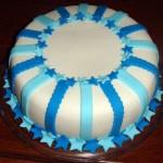 Bolo decorado com listras azuis e estrelas (Foto: divulgação)