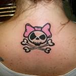 Tatuagem de caveira feminina com laço rosa (Foto: divulgação)