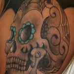 Tatuagem de caveira com flores azuis (Foto: divulgação)