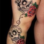 Tatuagem de caveira feminina com flores na perna (Foto: divulgação)