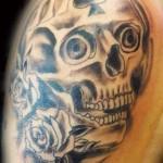Tatuagem de caveira com rosas pretas (Foto: divulgação)